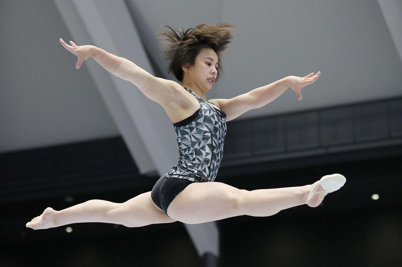 全日本体操個人総合選手権の女子予選を翌日に控え、平均台の練習をする村上(代表撮影)