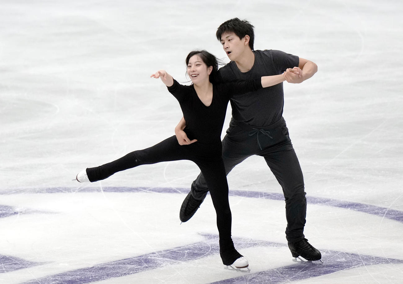 公式練習で調整する三浦(左)、木原組(代表撮影)
