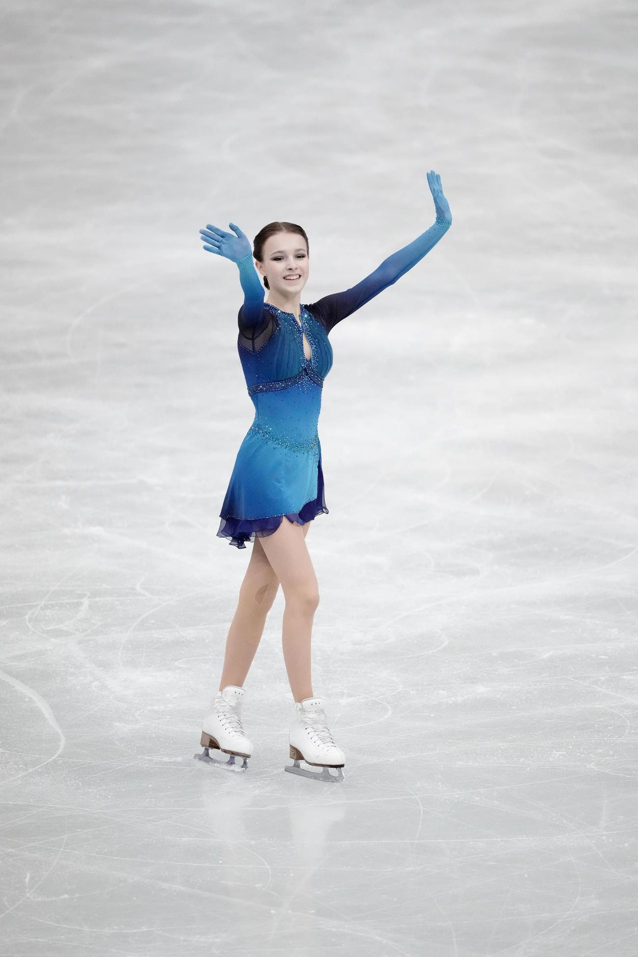 演技を終え笑顔で拍手に応えるアンナ・シェルバコワ(代表撮影)