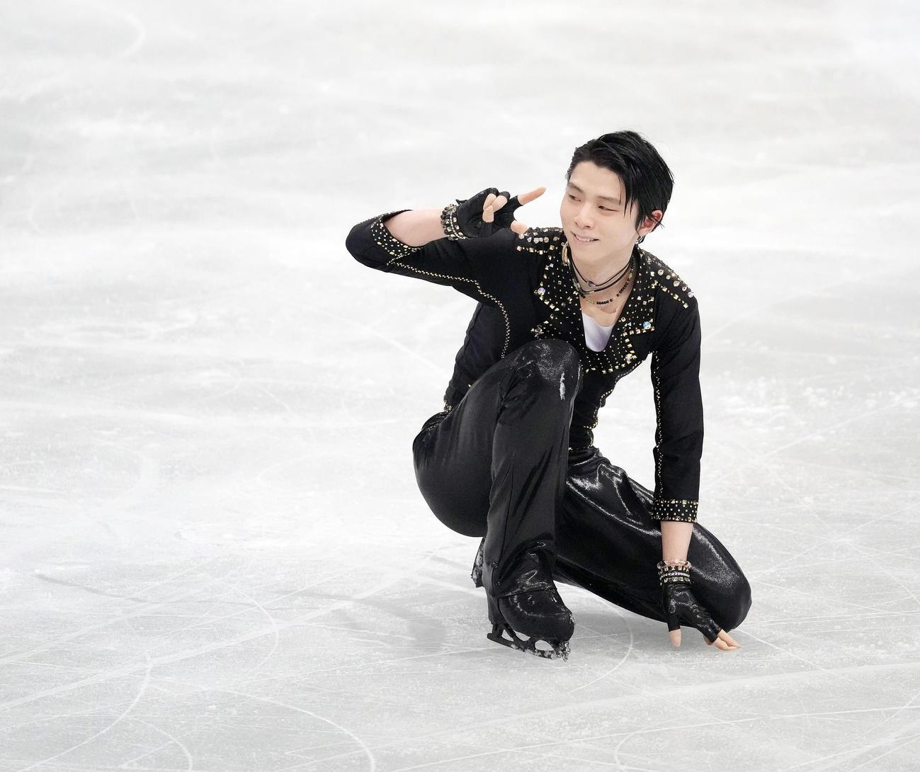 演技を終え日本チームに向かって笑顔でポーズをとる羽生(代表撮影)