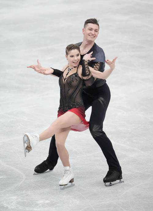 ペアSP 演技するアナスタシア・ミシナ(左)、アレクサンドル・ガリアモフ組(代表撮影)
