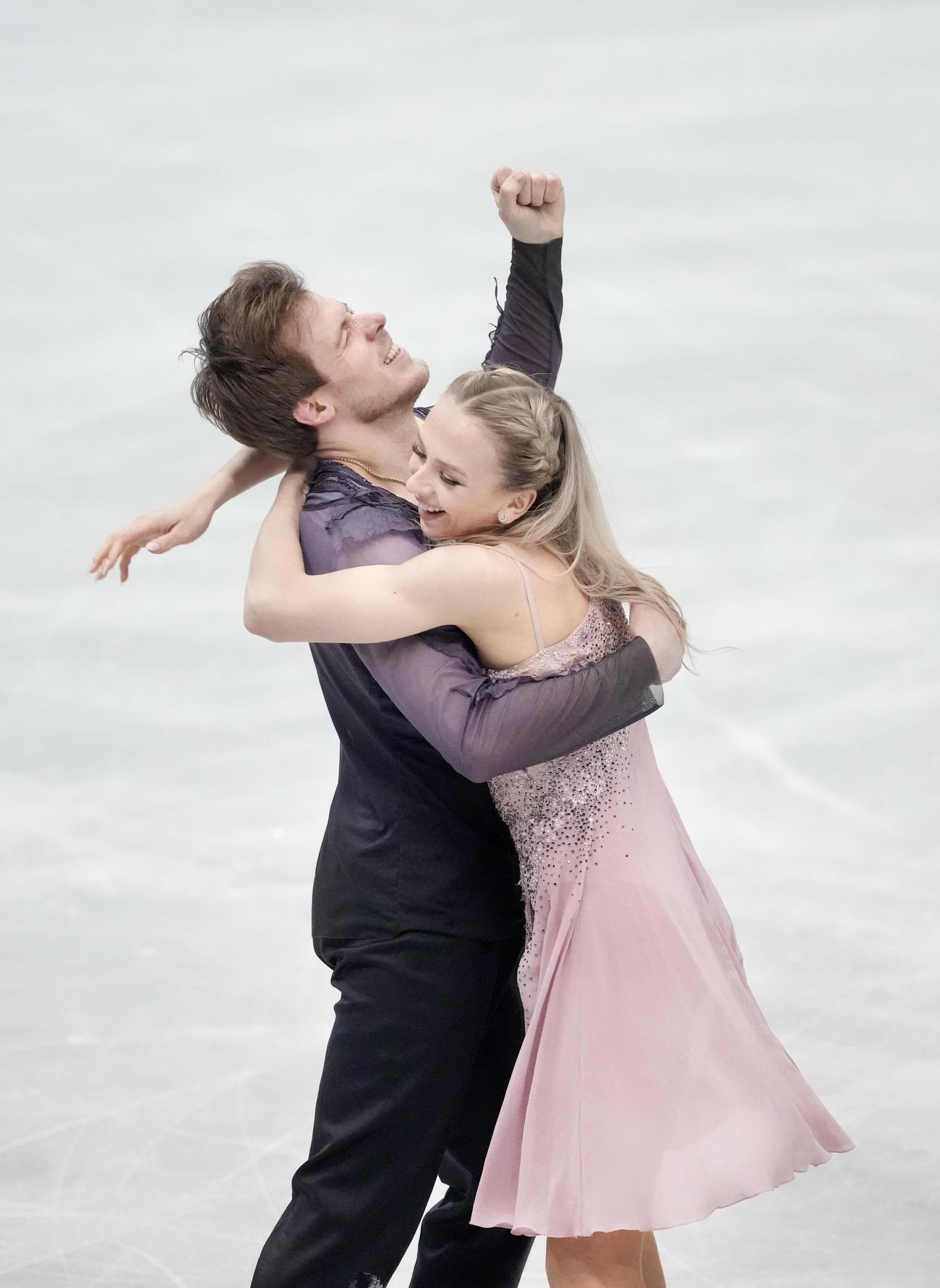 アイスダンス・フリー 演技を終え喜ぶビクトリア・シニツィナ(右)、ニキータ・カツァラポフ組(代表撮影)