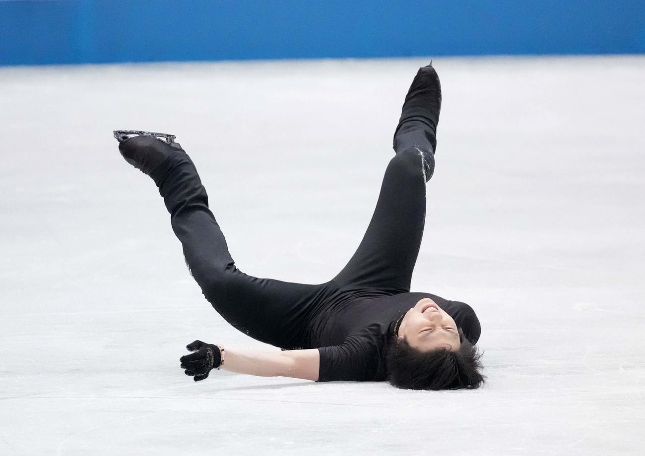 エキシビションへ向けた練習で4回転半のジャンプに挑戦して転倒した羽生結弦(代表撮影)
