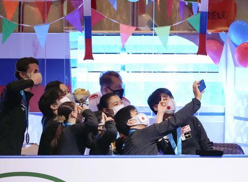 3位となり、表彰式後に記念写真に納まる羽生結弦(右端)ら日本の選手たち=丸善インテックアリーナ大阪(代表撮影)