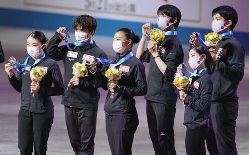 順位点合計で3位となり、表彰式でメダルを手に笑顔の日本チーム。左から紀平梨花、宇野昌磨、坂本花織、羽生結弦、三浦璃来、木原龍一(代表撮影)