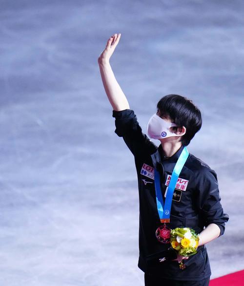表彰式でスタンドに手を振る羽生結弦(代表撮影)