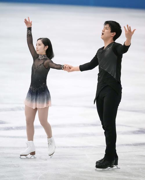 演技を終え、拍手に応える三浦(左)、木原組(代表撮影)