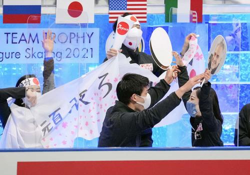 ペア・フリーの演技を終え、キス・アンド・クライで喜ぶ三浦(手前右)、木原(同左)ら(代表撮影)