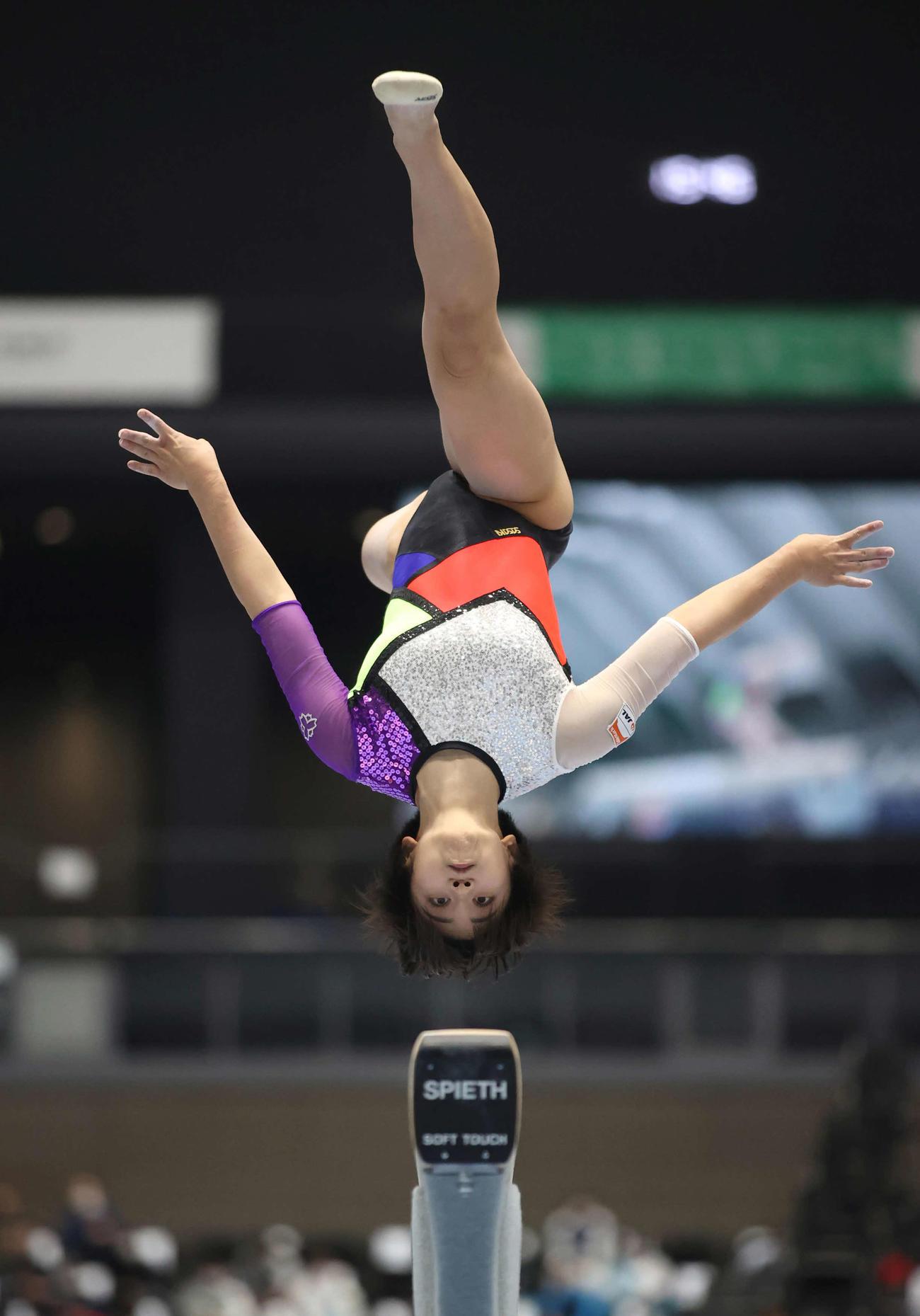 女子決勝で平均台の演技をする村上茉愛(代表撮影)