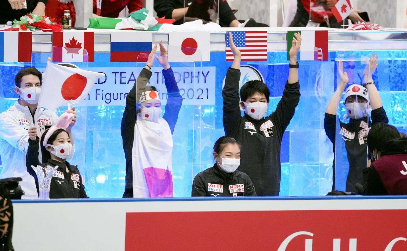 演技を終え、キス・アンド・クライで笑顔の坂本花織(中央)ら日本チーム(代表撮影)