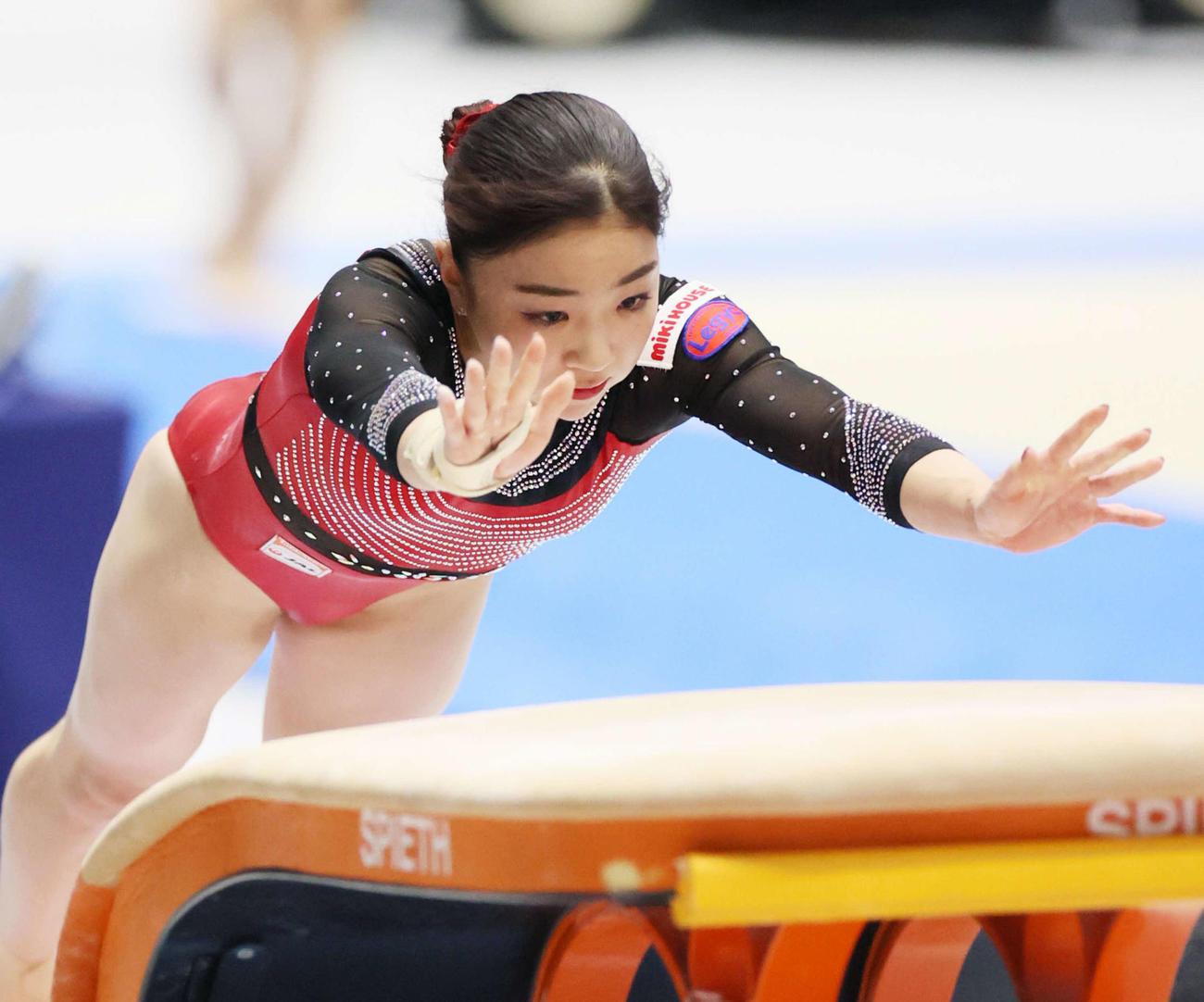 女子決勝で跳馬の演技をする寺本(代表撮影)