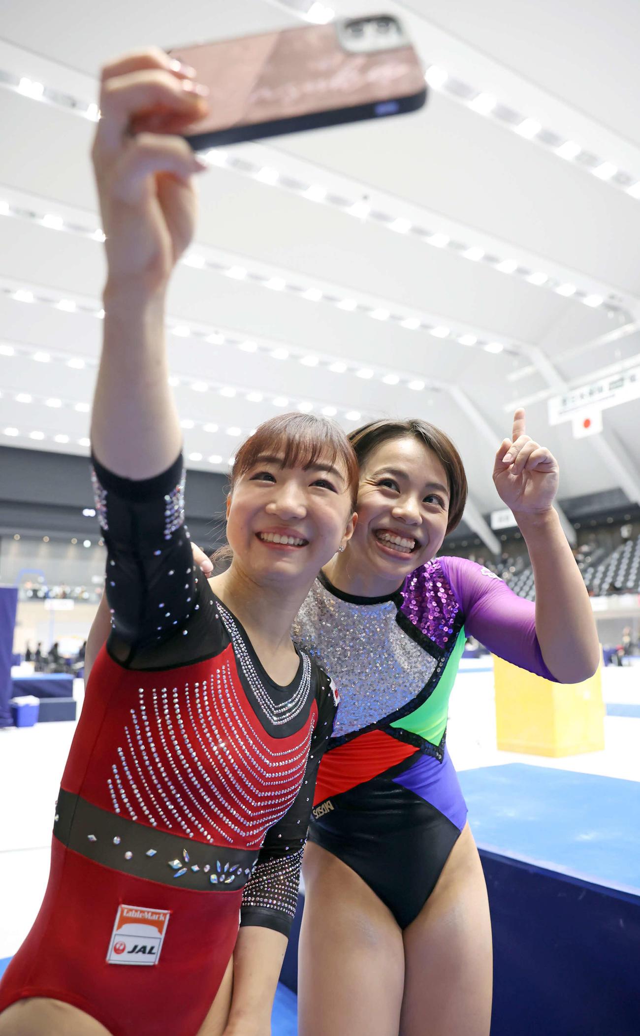 女子決勝のすべての演技を終え、自撮りする村上(右)と寺本(代表撮影)