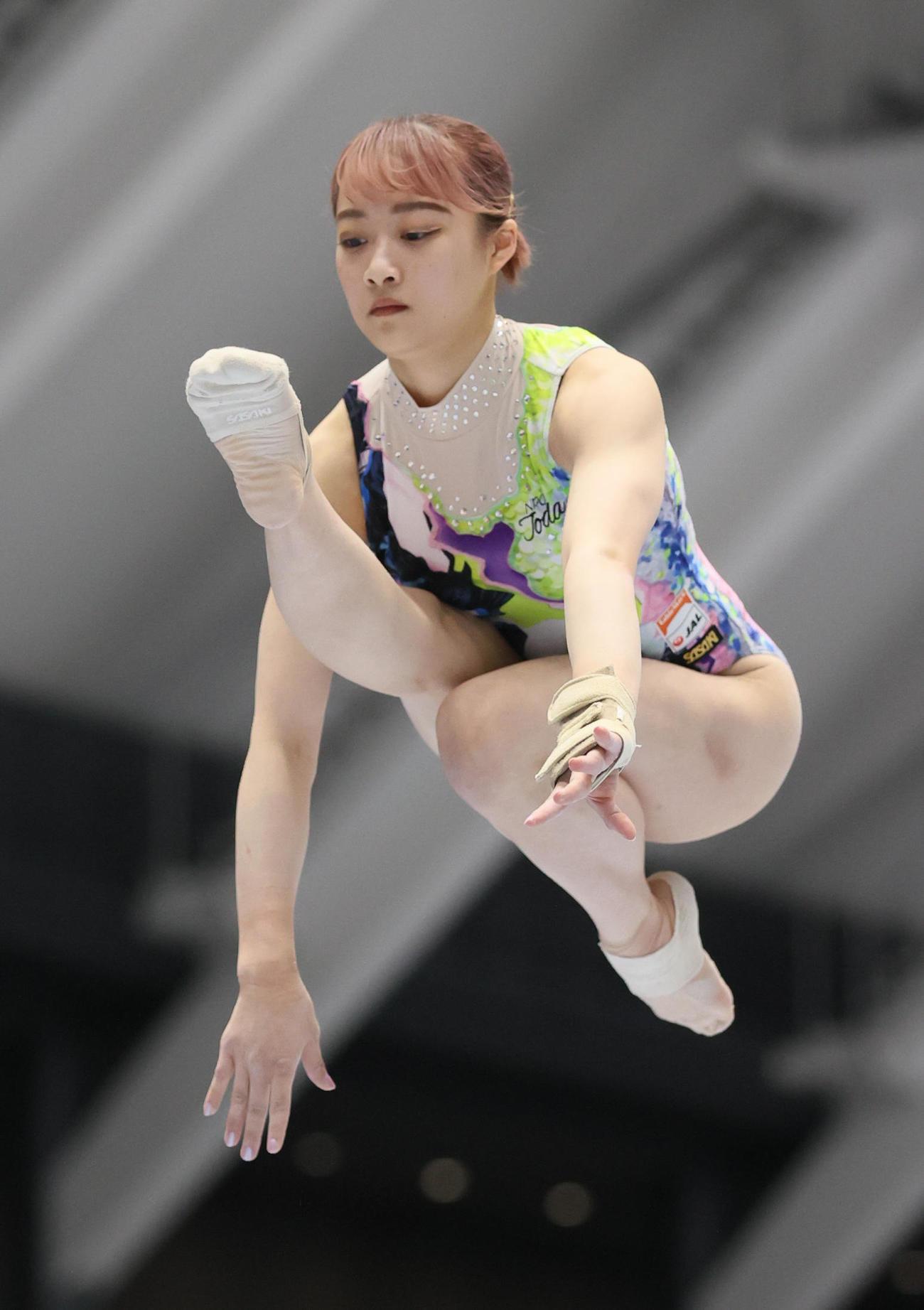 女子決勝 平均台で演技をする平岩優奈(代表撮影)