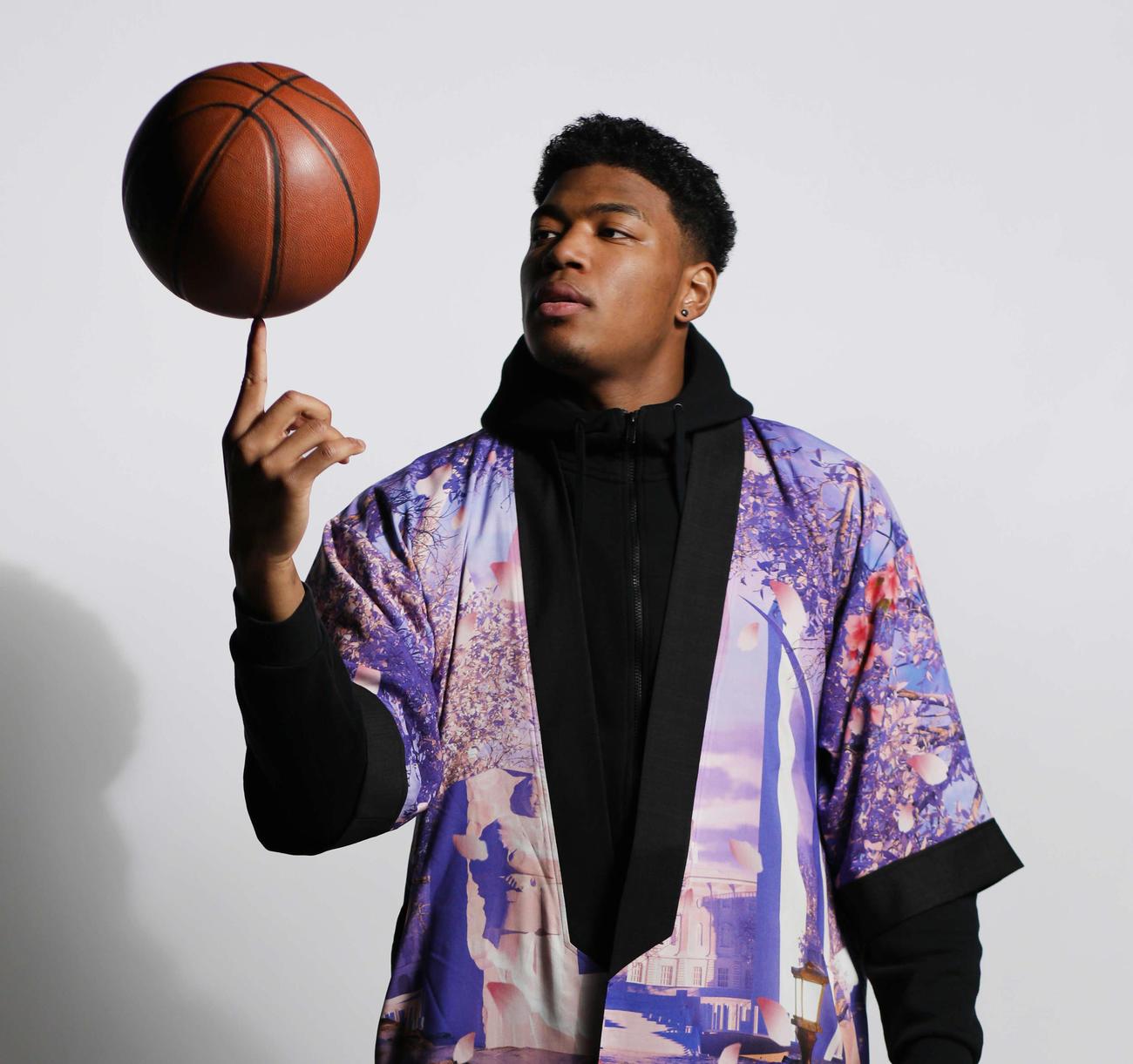 「ブラックサムライDC桜版Kimono」を着用し、バスケットボールを回すNBAウィザーズの八村(c)Wasserman/Athlete Exchange