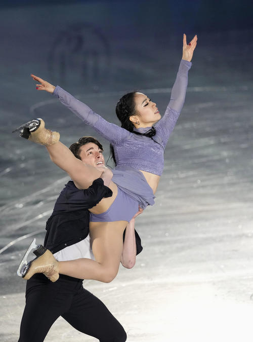 エキシビションで演技する小松原美里(左)、小松原尊組(代表撮影)