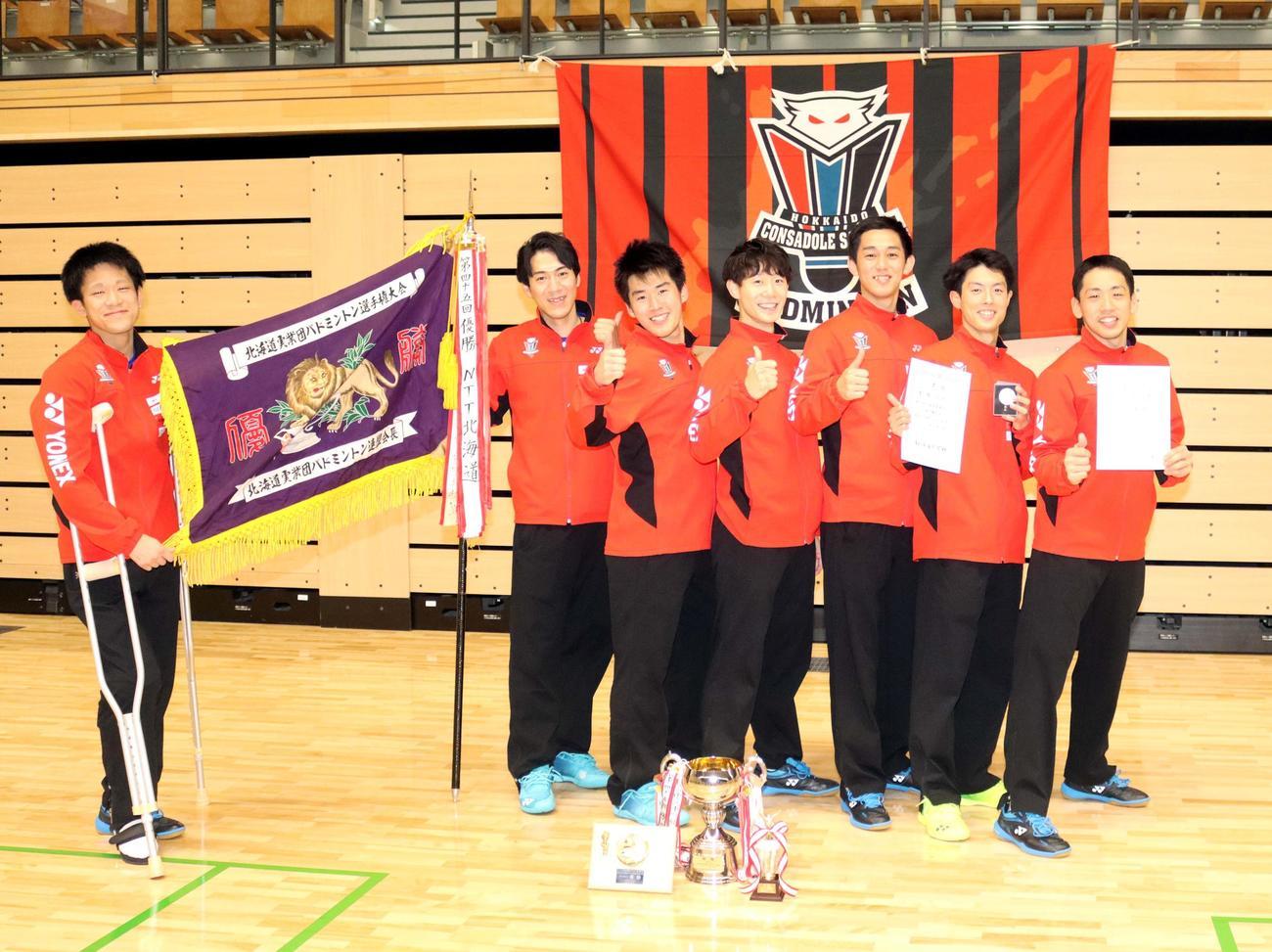 JR北海道を倒し初優勝したコンサドーレの(左から)渡辺、近藤、山沢、吉原、三浦、本田、大越(撮影・永野高輔)