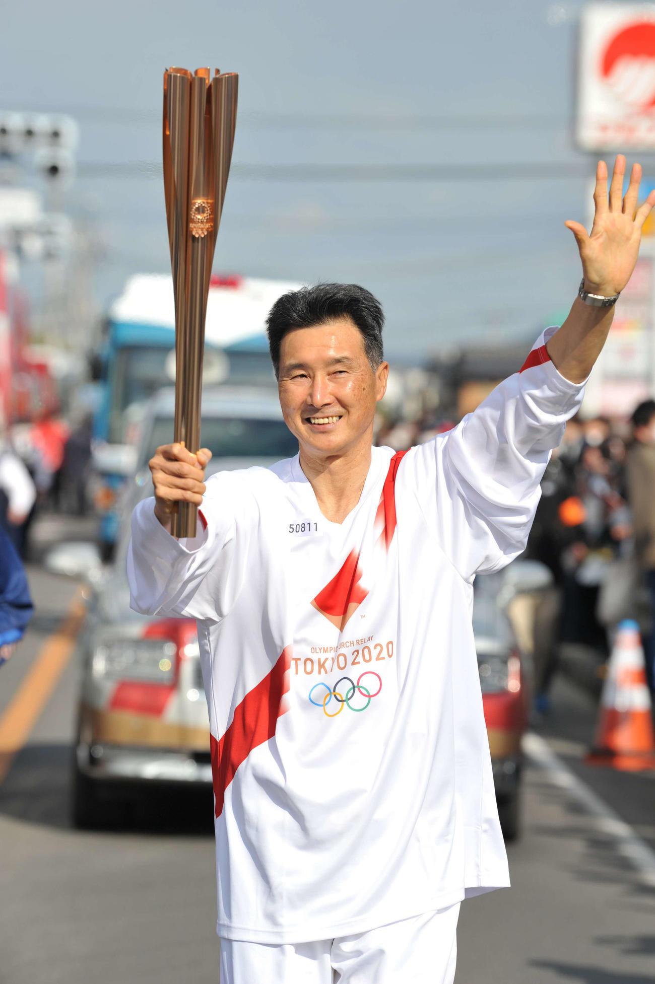 聖火ランナーを務めたNBAラプターズ渡辺雄太の父英幸さん(代表撮影)