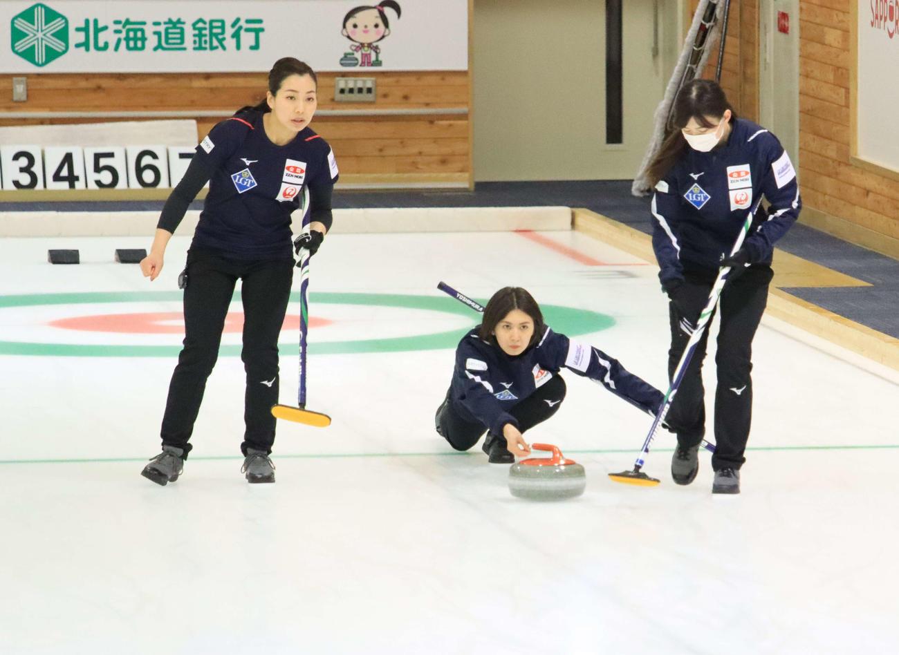 世界選手権に向けた練習を公開したカーリング女子の北海道銀行。左からセカンド近江谷、スキップ吉村、サード小野寺(2021年4月17日撮影)