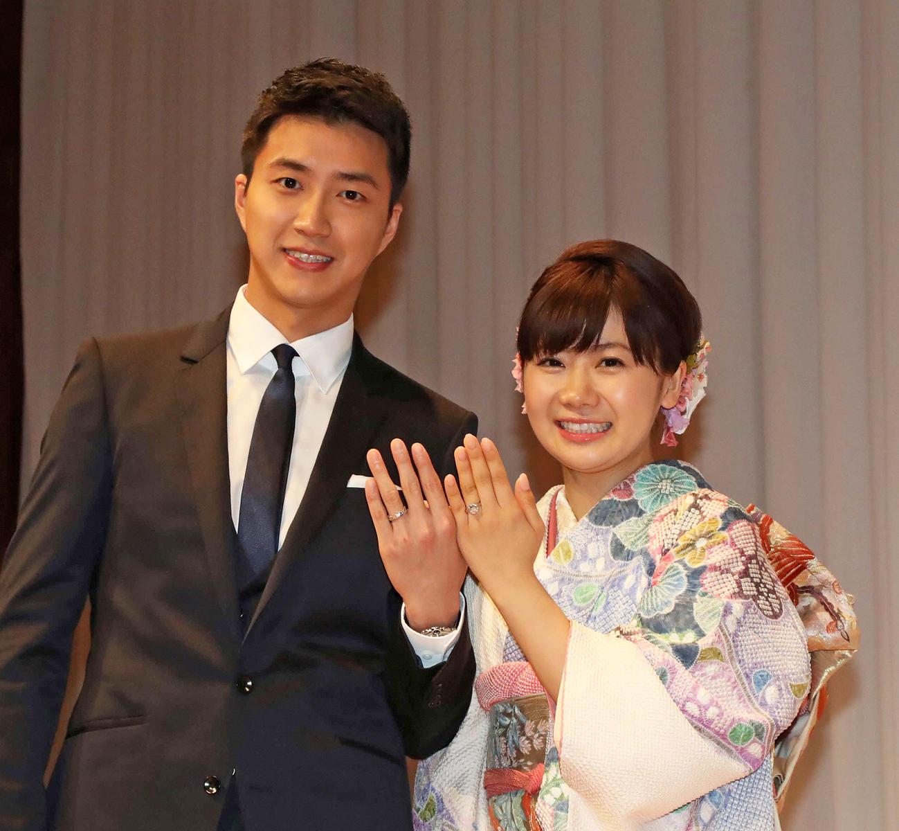 結婚会見で江宏傑氏と指輪を披露する福原愛さん(2016年9月21日撮影)