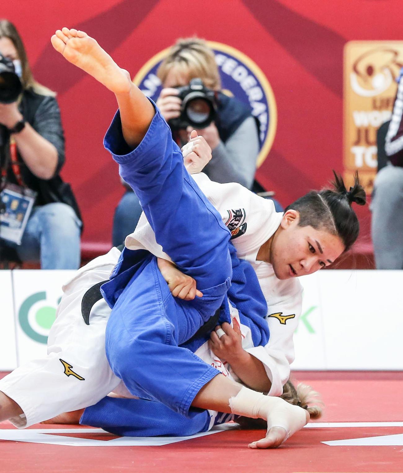 女子48キロ級決勝 ロシアのイリーナ・ドルゴワ(下)を破り優勝した渡名喜風南(国際柔道連盟提供・共同)