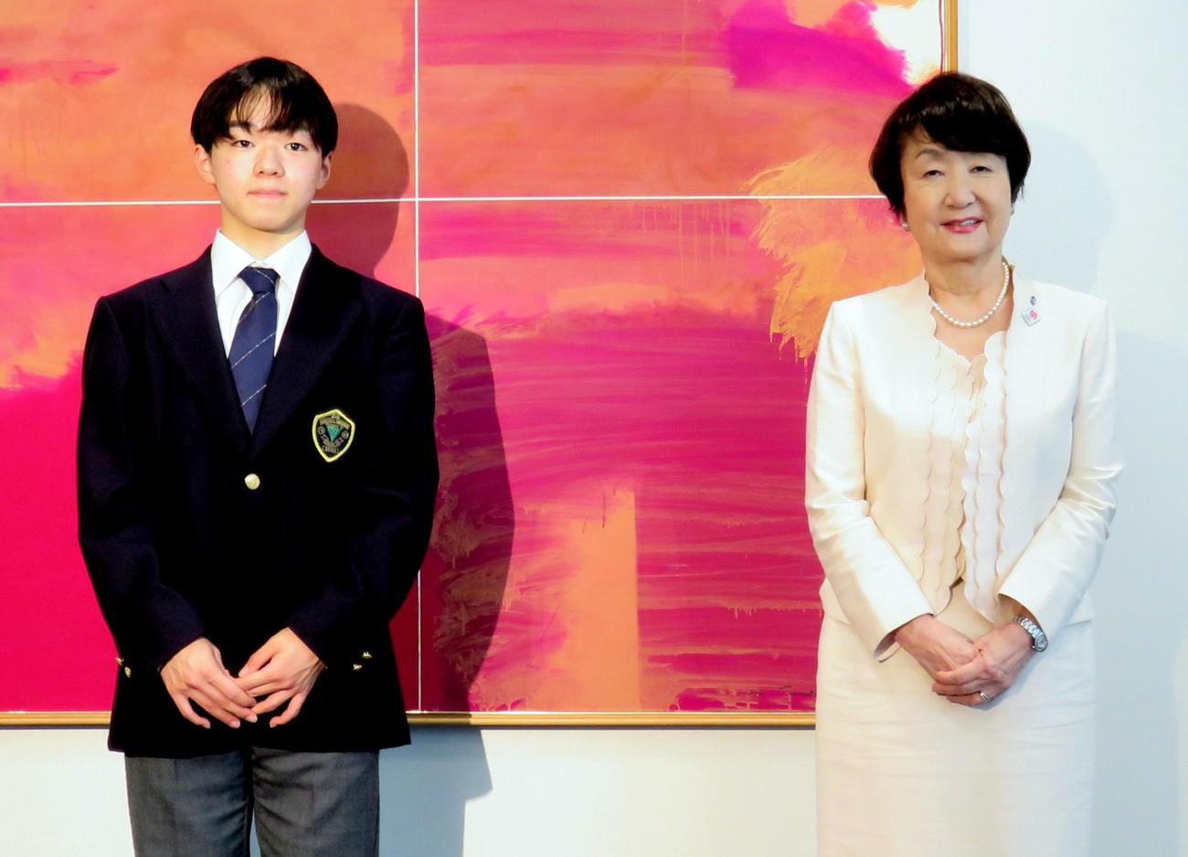 横浜市役所に林文子市長(右)を表敬訪問したフィギュアスケート男子の鍵山優真(撮影・木下淳)