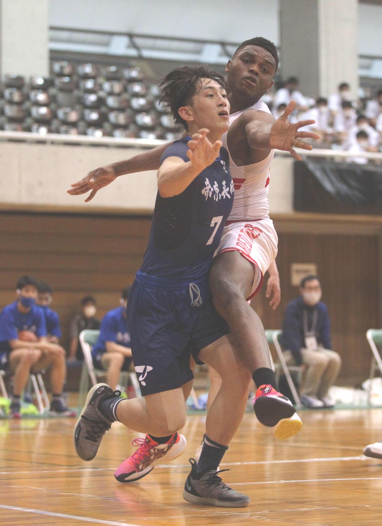 外国人留学生選手にタイトなマークを受ける帝京長岡のF島倉(左)