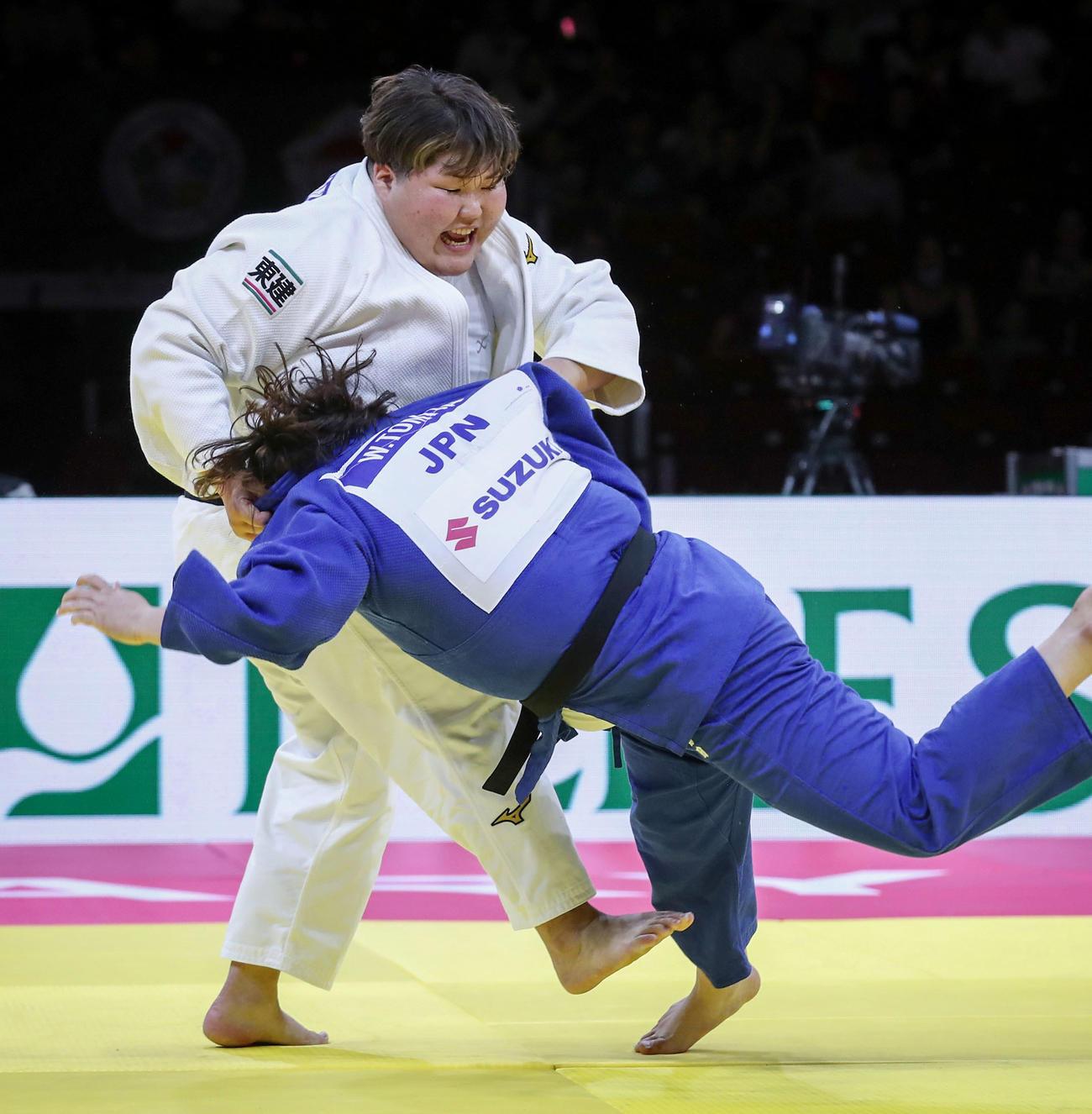 女子78キロ超級決勝 冨田若春(右)を破り優勝した朝比奈沙羅(国際柔道連盟提供・共同)