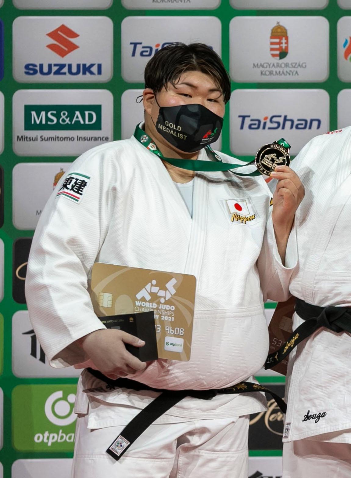 女子78キロ超級で優勝し、表彰台で金メダルを手にする朝比奈沙羅(国際柔道連盟提供・共同)
