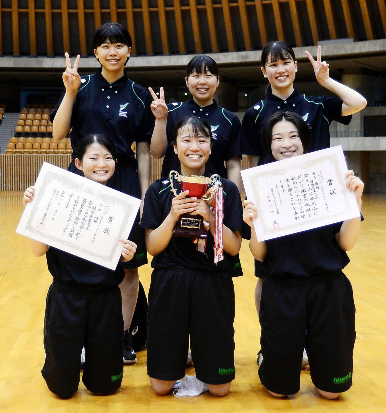 3年ぶりの女王に輝いた静岡産大の選手たち。前列中央が伊藤主将
