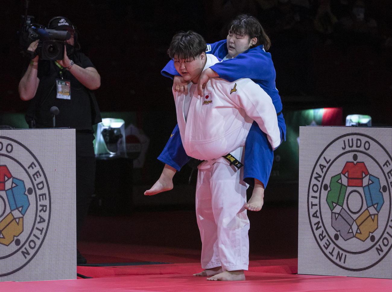 冨田若春(右)をおぶる朝比奈沙羅(国際柔道連盟提供・AP)