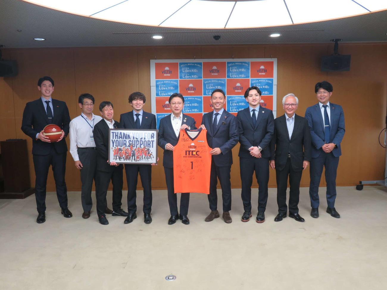 ベルテックス静岡のスタッフと選手が静岡市を表敬訪問。松永康太社長(右から4人目)が田辺信宏市長とユニホームを持つ