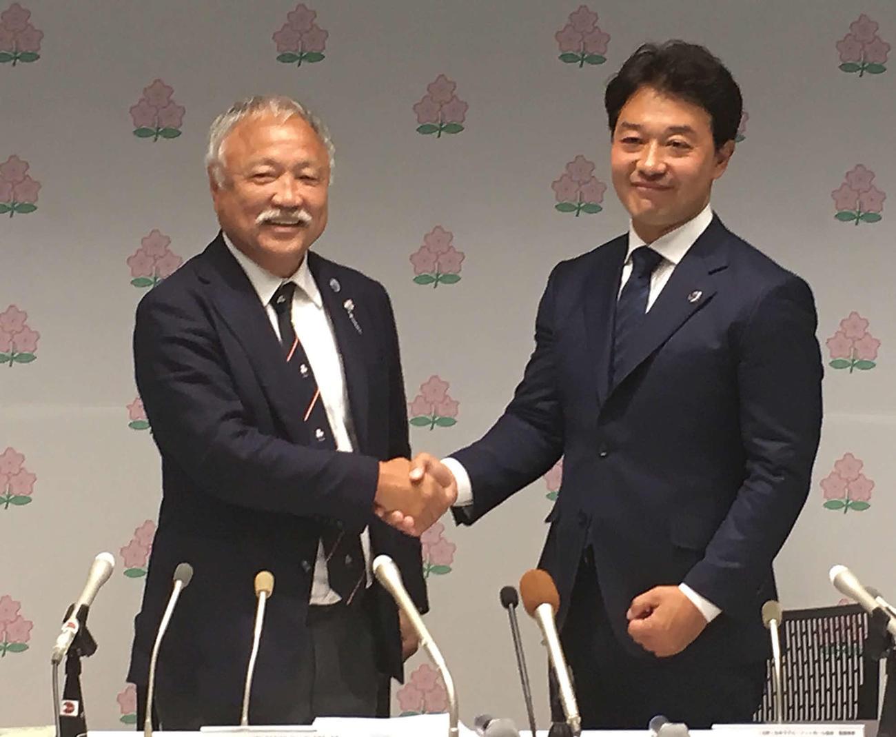 日本ラグビー協会の森重隆会長(左)と岩渕健輔専務理事(2019年6月撮影)