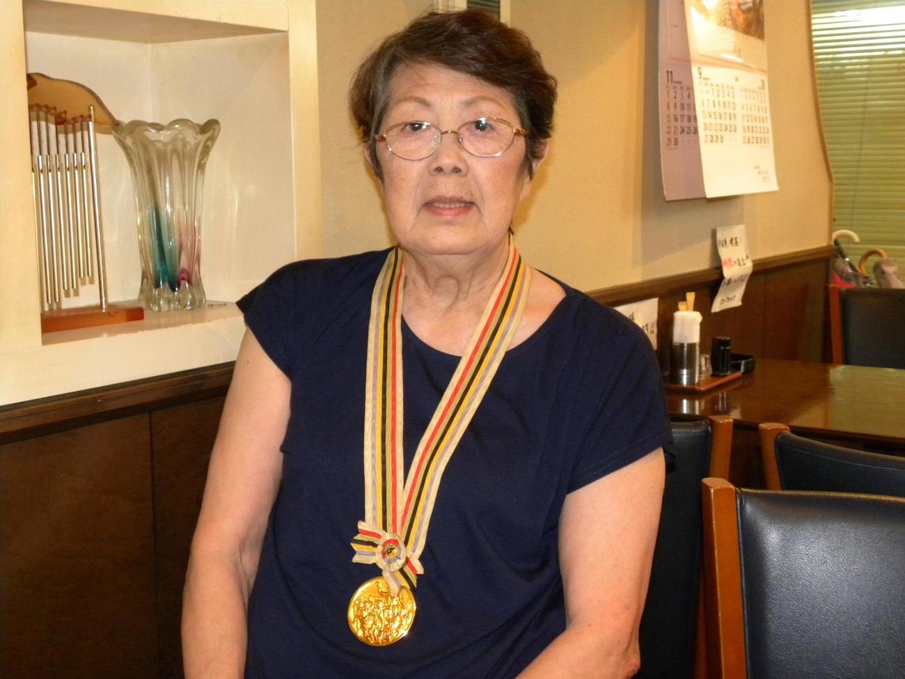 64年東京五輪の金メダルをかけた井戸川(旧姓谷田)絹子さん(2020年9月3日撮影)