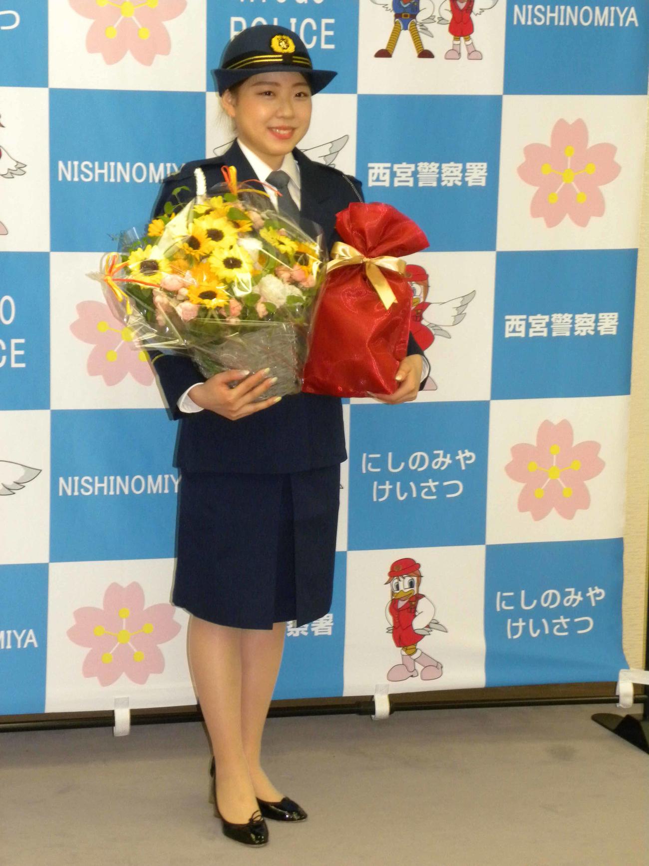西宮交通安全大使となった紀平梨花は、21日の誕生日を前に祝福を受けて笑顔を見せる(撮影・松本航)
