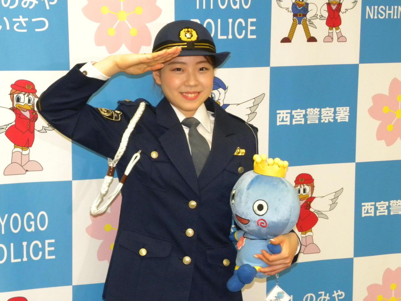 西宮交通安全大使となった紀平梨花は西宮市のキャラクター「みやたん」を手にポーズを決める(2021年7月16日撮影)