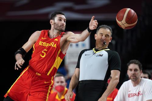 ボールを受けるスペイン代表ルディ・フェルナンデス(AP)