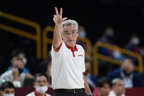 選手に指示する日本代表フリオ・ラマスヘッドコーチ(AP)