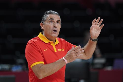 選手に指示するスペイン代表スカリオーロヘッドコーチ(AP)