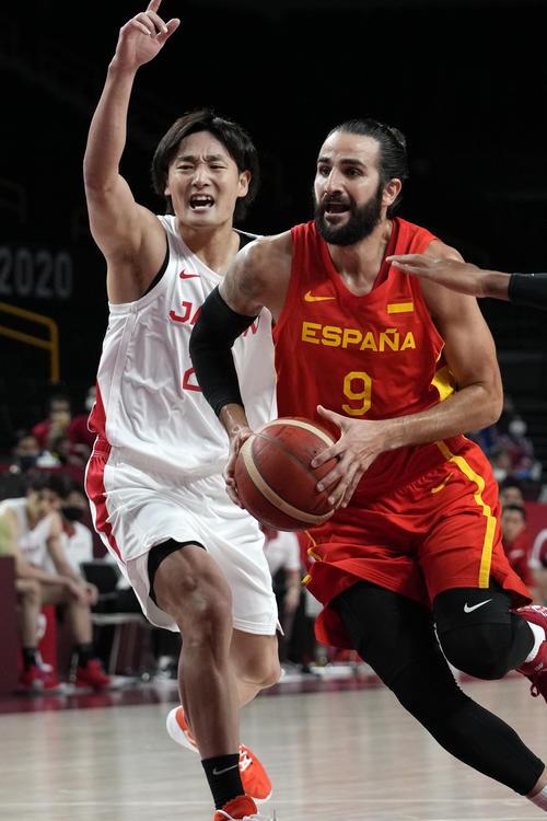 日本代表の田中大貴をドリブルでかわすスペイン代表のリッキー・ルビオ(AP)