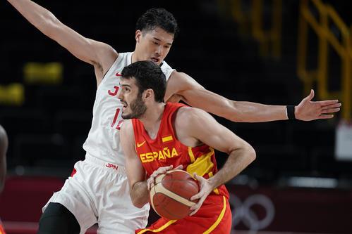 スペイン代表アレハンドロ・アブリネスレドンドのドリブル突破をブロックする日本代表の渡辺雄太(AP)