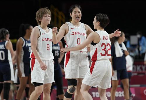 フランスに勝ち喜ぶ左から高田真希、長岡萌映子、宮崎早織(AP)