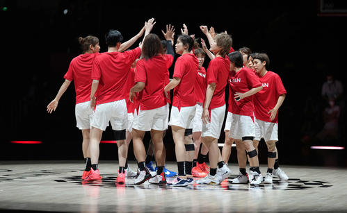 日本対フランス 試合開始前、円陣を組むバスケットボール女子日本代表(撮影・鈴木みどり)