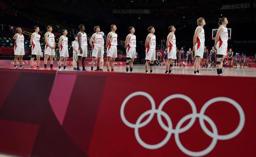 日本対フランス 君が代を斉唱するバスケットボール女子日本代表(撮影・鈴木みどり)