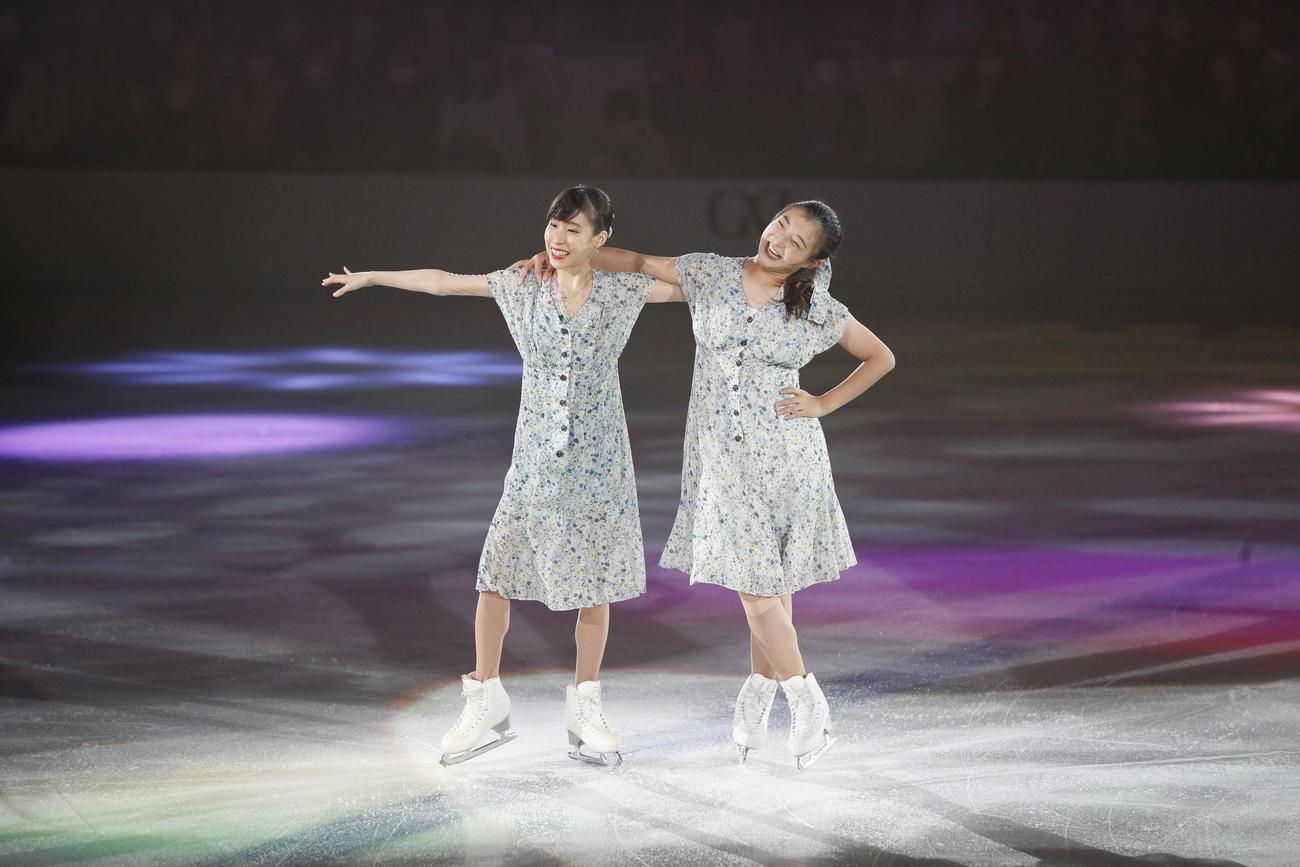 ザ・アイスのコラボ演技で笑顔を見せる坂本花織(右)と三原舞依(c)THE ICE 2021/Koichi Nakamura