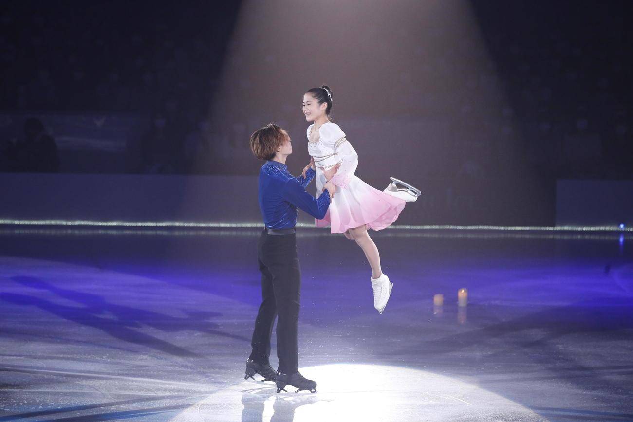 ザ・アイスのコラボ演技で笑顔を見せる宮原知子(右)と田中刑事(c)THE ICE 2021/Koichi Nakamura