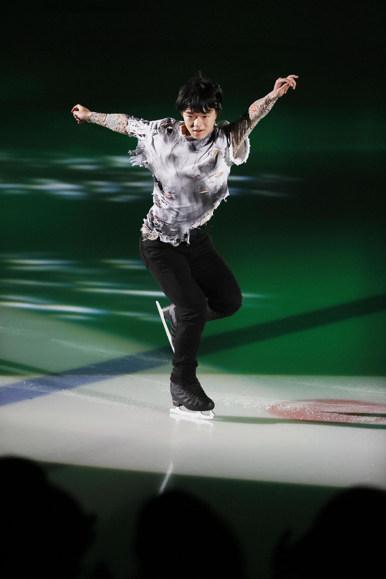 ザ・アイスのオープニングで演技する鍵山優真(C)THE ICE 2021/Koichi Nakamura