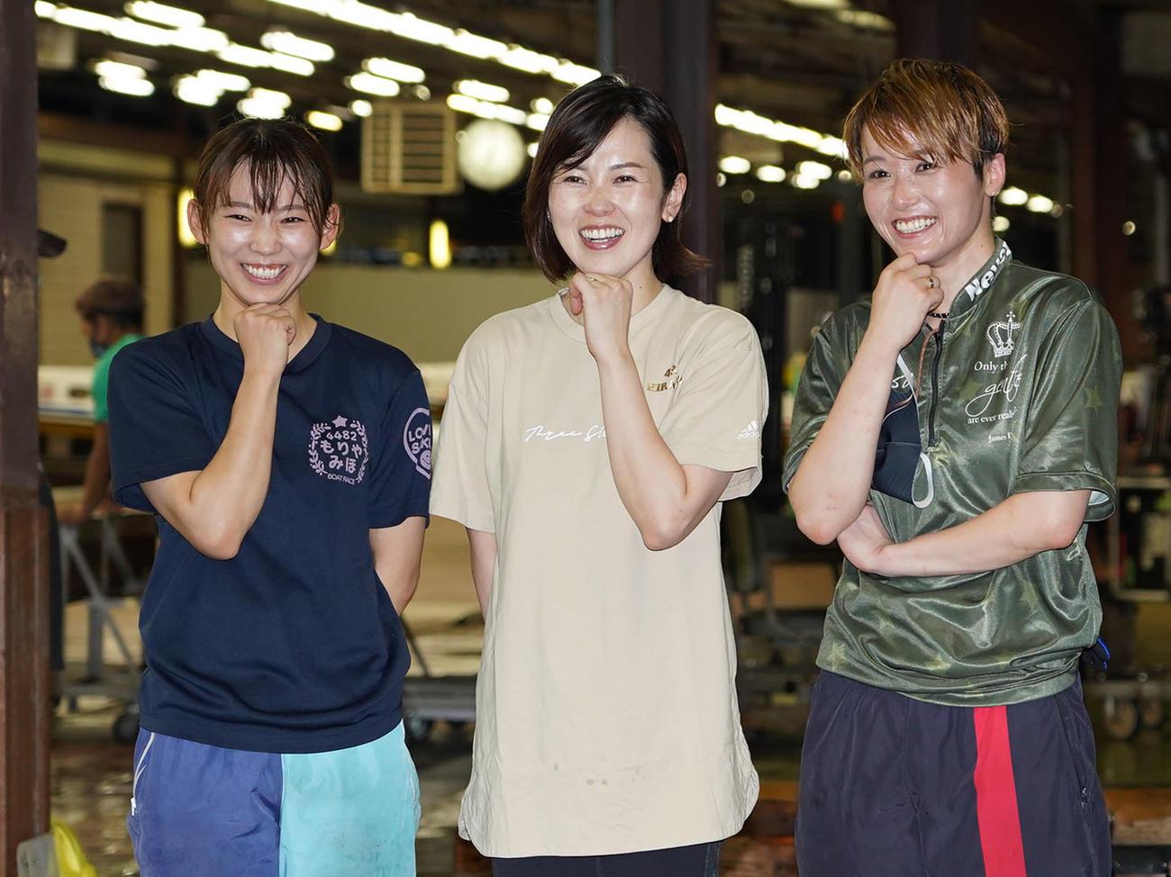 ポーズを決める、左から守屋美穂、平山智加、平高奈菜(撮影・森本幸一)