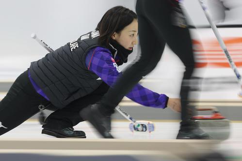 カーリング女子日本代表決定戦 第3戦 北海道銀行対ロコソラーレ ストーンを投じるロコソラーレの藤沢五月(代表撮影)