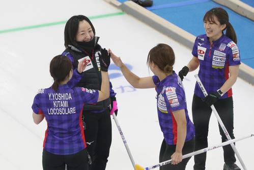 カーリング女子日本代表決定戦 第3戦 北海道銀行対ロコソラーレ 第1エンドに2得点を決めて喜ぶロコ・ソラーレの藤沢五月(左から2人目)ら(代表撮影)