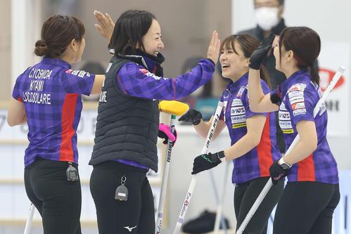 第5戦 第5エンドで1得点を決め笑顔を見せるロコ・ソラーレの藤沢(中央左)、鈴木(同右)ら(代表撮影)